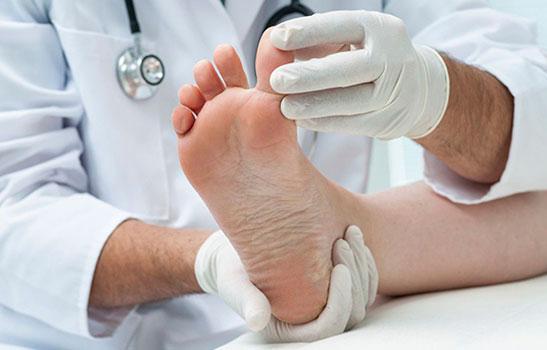 Врач осматривает палец на ноге